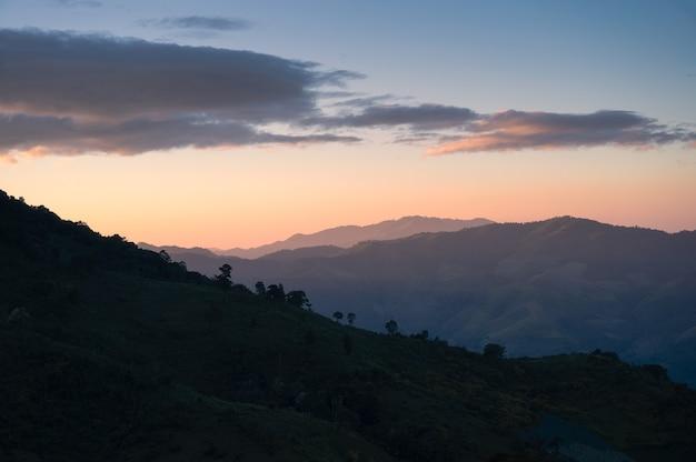 Paisagem de cordilheira com céu colorido à noite no parque nacional
