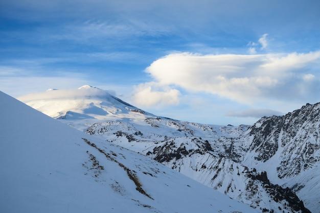 Paisagem de cume da montanha elbrus na região do cáucaso