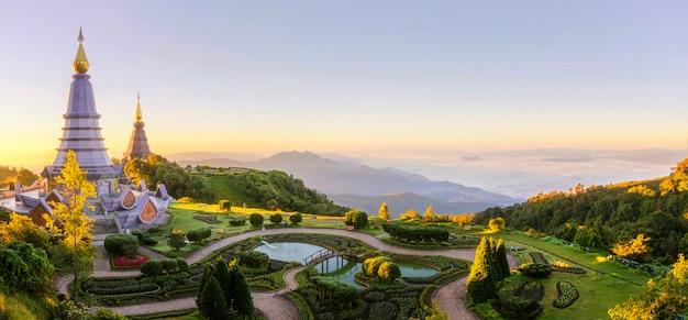 Paisagem de dois pagodes no topo da montanha inthanon