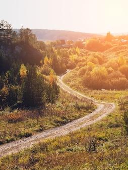 Paisagem de estrada rural de outono