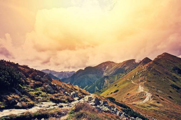 Paisagem de fantasia e montanhas coloridas.