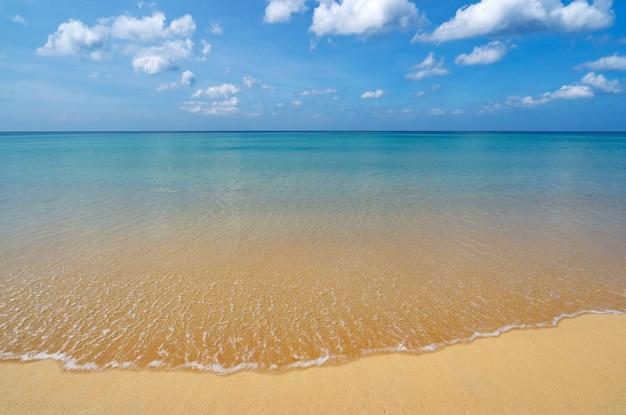 Paisagem de fundo de praia de verão com céu ensolarado claro céu azul nuvens brancas sobre o mar onda batendo na costa arenosa em phuket tailândia mar incrível dia ensolarado de verão.