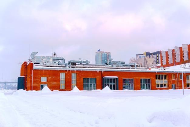 Paisagem de inverno com arquitetura industrial em primeiro plano