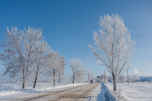 Paisagem de inverno com estrada de neve e azul cky