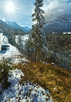 Paisagem de inverno com montanha e rio (áustria, tirol)