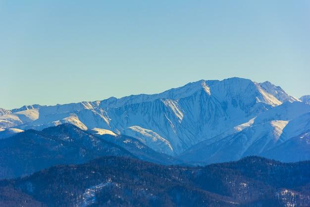 Paisagem de inverno com montanhas e colinas cobertas de neve
