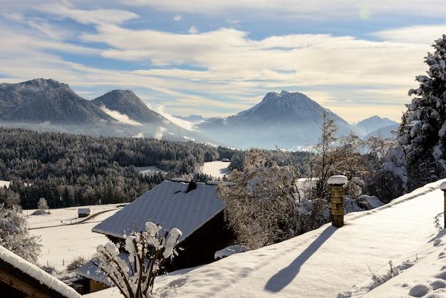 Paisagem de inverno com montanhas