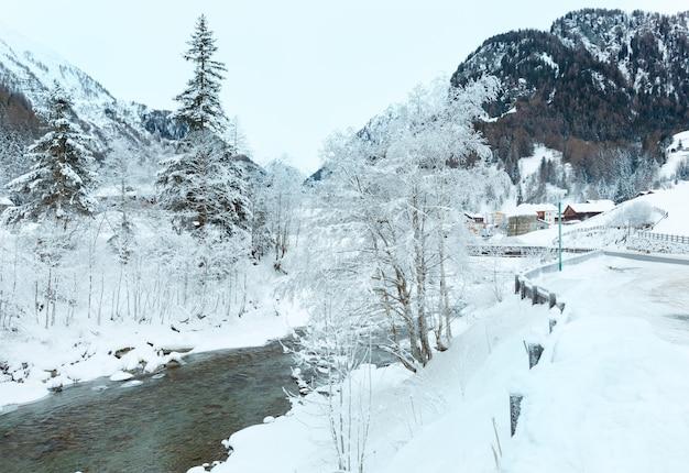Paisagem de inverno com rio límpido de montanha (áustria)