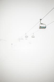 Paisagem de inverno com teleférico