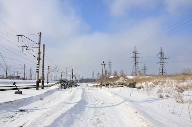 Paisagem de inverno com torres de linhas de transmissão