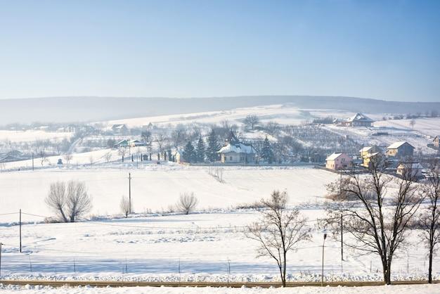 Paisagem de inverno da vila romena com neve