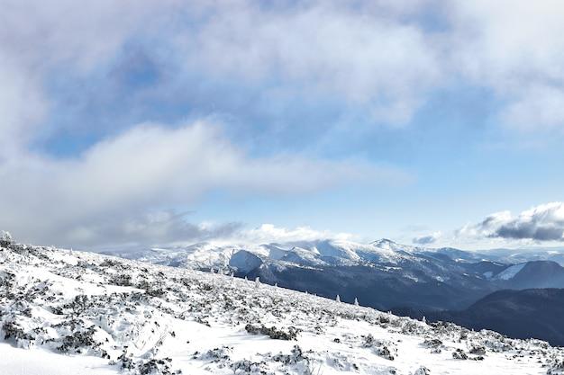 Paisagem de inverno em montanhas nevadas