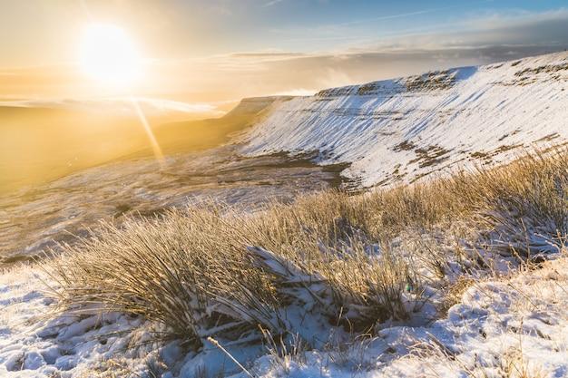 Paisagem de inverno nevado ao nascer do sol no país de gales