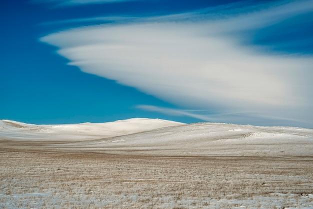 Paisagem de inverno nevado com nuvens lenticulares, céu azul. papel de parede da região de irkutsk, rússia