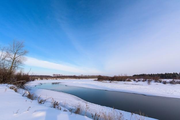 Paisagem de inverno. o rio não congelou completamente.