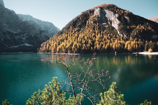 Paisagem, de, lago, em, a, dolomites, em, outono, em, sul, tirol, itália