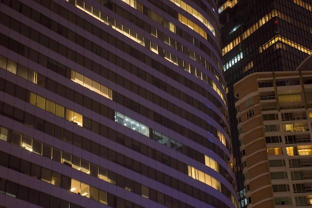 Paisagem de luz da janela para o local da cidade à noite na cidade