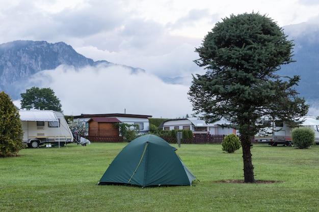 Paisagem de manhã com um acampamento nas montanhas