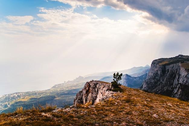 Paisagem de montanha ao sol. montanhas poderosas. vista das montanhas para o mar. montanhas rochosas e céu azul.