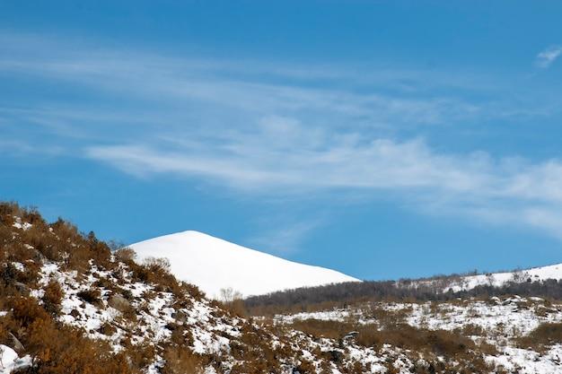 Paisagem de montanha com neve e cume totalmente coberto de neve