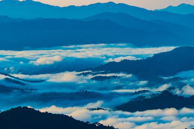 Paisagem de montanha com névoa na província de nan tailândia
