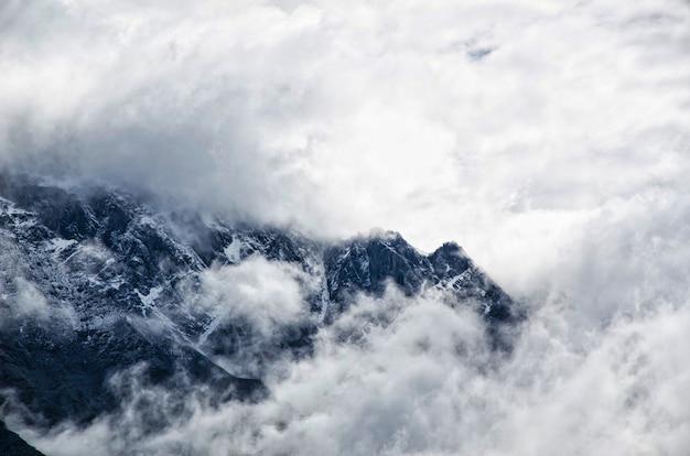 Paisagem de montanha com nevoeiro e céu nublado