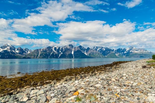 Paisagem de montanha da noruega mar da noruega mountain view