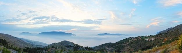 Paisagem de montanha de verão enevoado do nascer do sol (kefalonia, grécia). panorama.