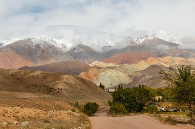 Paisagem de montanha, distrito de jumgal, quirguistão