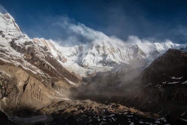 Paisagem de montanha do himalaia no acampamento base do annapurna