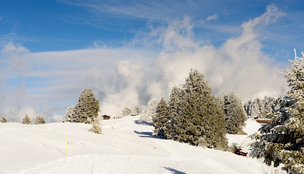 Paisagem de montanha do inverno nos alpes franceses