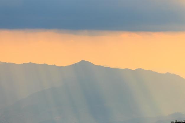 Paisagem de montanha e luz quente e chuvosa na natureza, doi inthanon, tailândia chiangmai