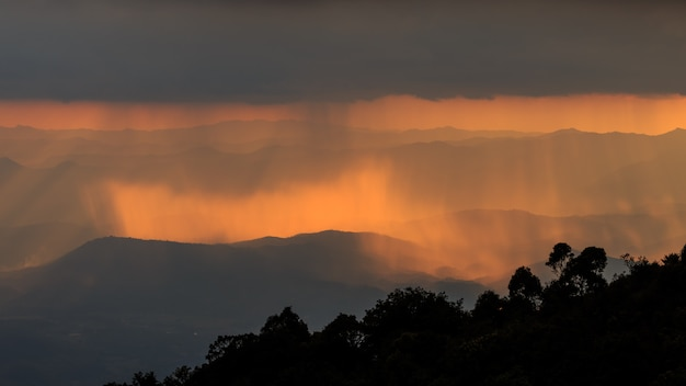 Paisagem de montanha e luz quente e chuvosa na natureza