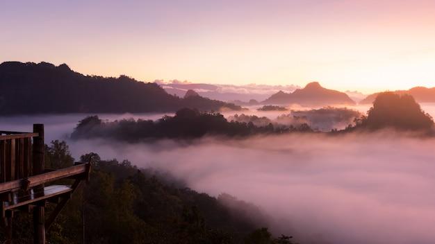 Paisagem de montanha e névoa matutina.