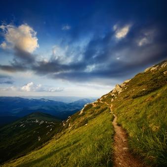Paisagem de montanha ensolarada bonita