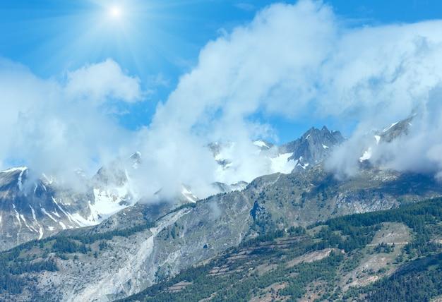Paisagem de montanha ensolarada de verão com neve no topo do monte (alpes, suíça)