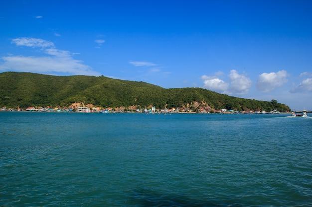 Paisagem de montanha, mar e céu e tailândia tropical.