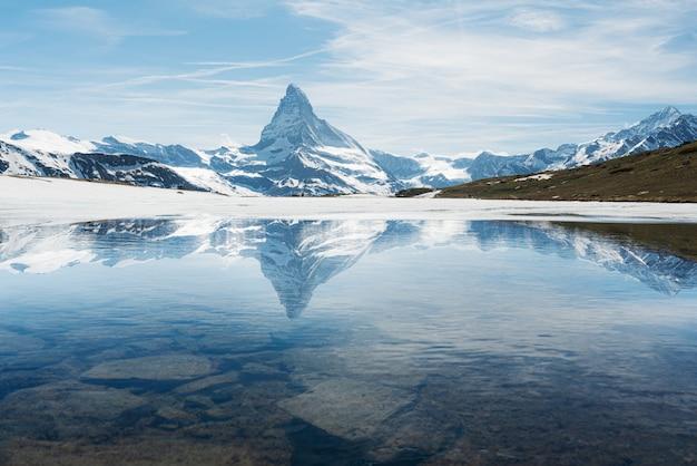 Paisagem de montanha matterhorn com lago em zermatt, suíça