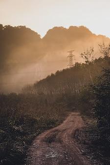 Paisagem de montanha na hora do crepúsculo, krabi tailândia