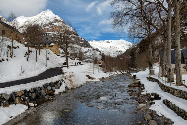 Paisagem de montanha na neve com uma torrente
