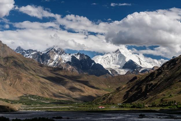 Paisagem de montanha na zona rural do norte da índia