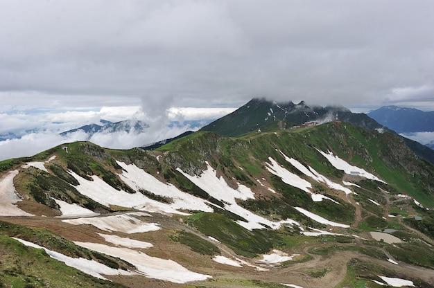 Paisagem de montanha: neve na passagem da montanha montanhas do cáucaso, krasnaya polyana, rússia