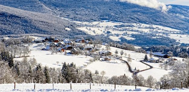 Paisagem de montanha no inverno com neve
