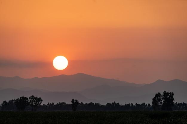 Paisagem de montanha no pôr do sol.