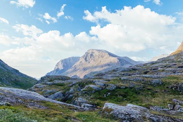Paisagem de montanha rochosa contra o céu azul
