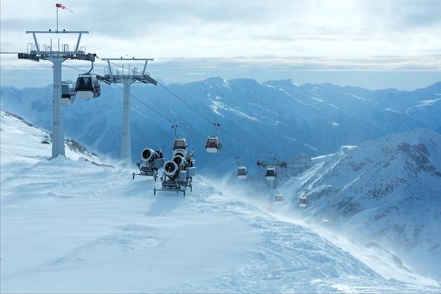 Paisagem de montanha ventosa de inverno de manhã com teleférico e teleféricos. estância de esqui molltaler gletscher, carinthia, áustria. todas as pessoas são irreconhecíveis.