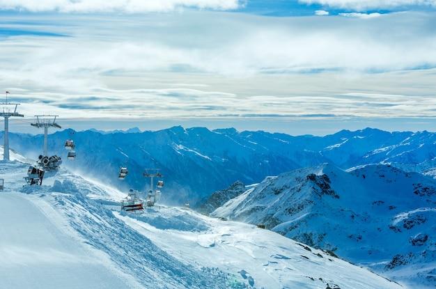 Paisagem de montanha ventosa de inverno de manhã com teleférico e teleféricos. estância de esqui molltaler gletscher, carinthia, áustria.