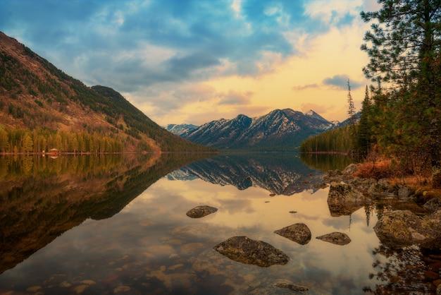 Paisagem de montanha, vista para o lago, cazaquistão