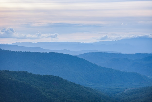 Paisagem de montanhas azuis