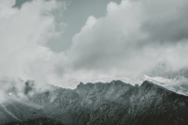 Paisagem de montanhas cinzentas